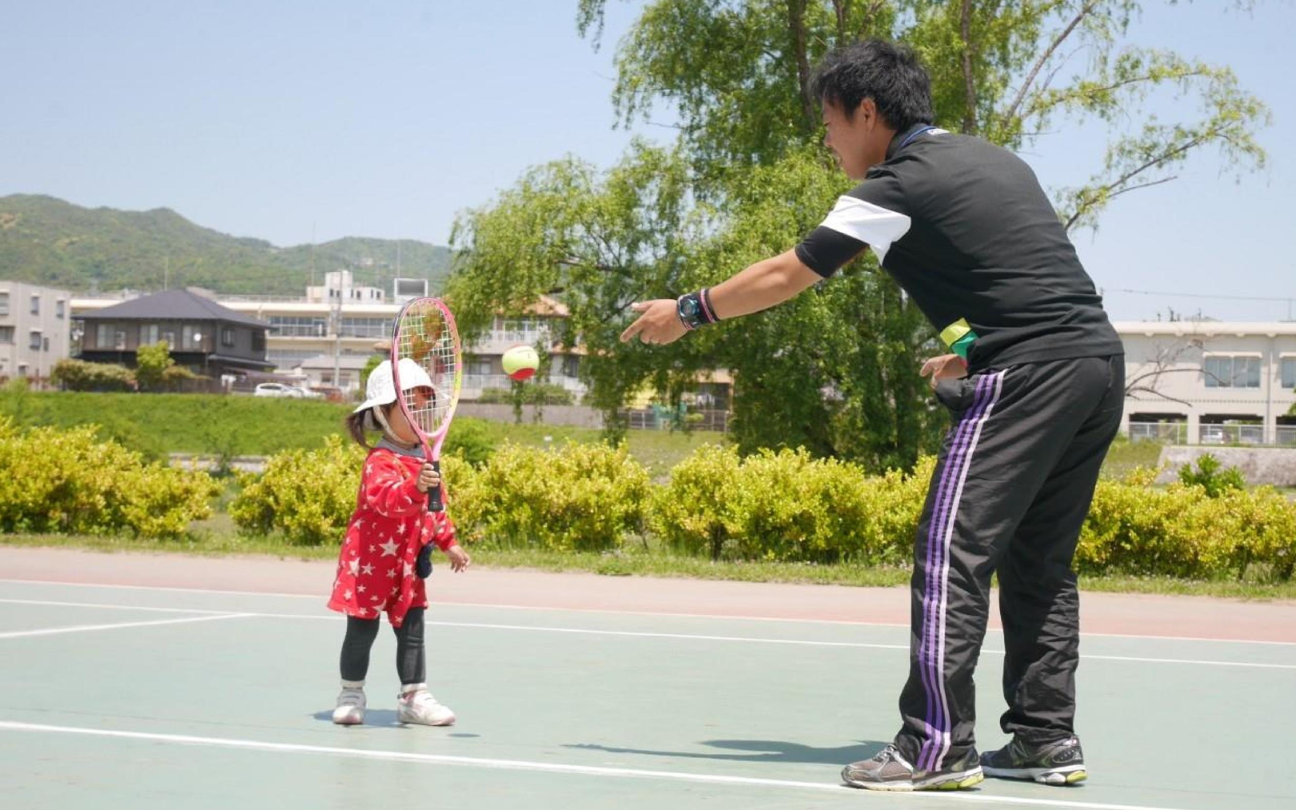 小さなお子様のレッスンもお任せください!発達段階に合わせた内容でテニスが好きになります!